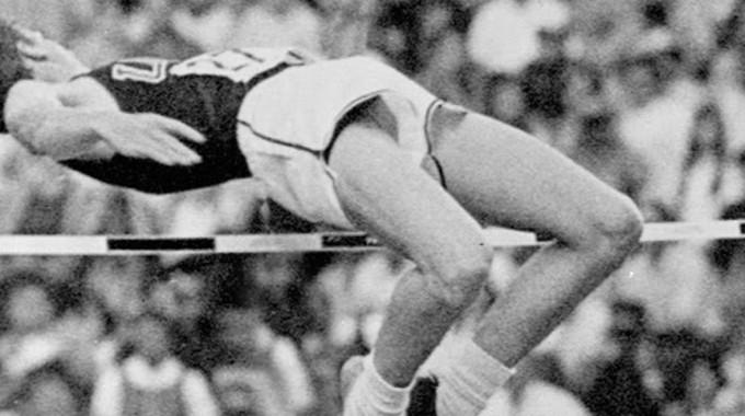 Fa 47 Anys Dick Fosbury Es Penjava La Medalla D'or Olímpica