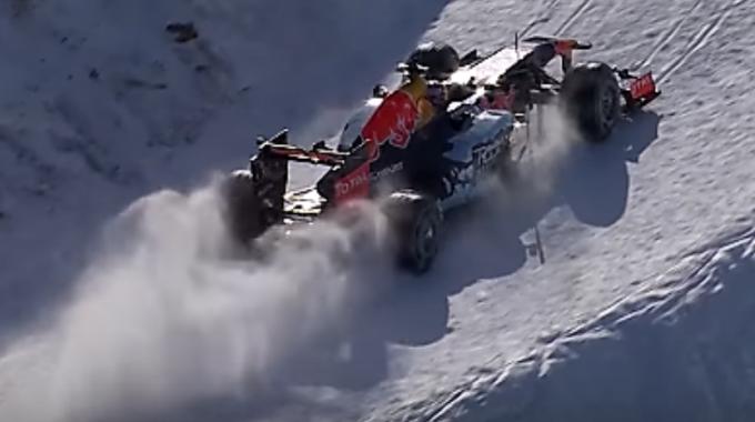 Max Verstappen Condueix El Seu Formula1 Per Una Pista D'esquí