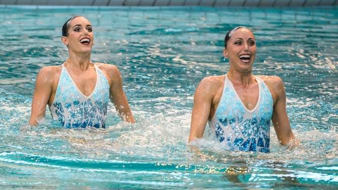 PAR103. Montreuil (France), 06/02/2016.- Ona Carbonell (L) and Gemma Mengual (R) of Spain perform during the Synchronized Swimming Women's Duet at the 6th MAKE UP FOR EVER Synchronized Swimming Open in Montreuil, east of Paris, France, 06 February 2016. (España, Francia) EFE/EPA/CHRISTOPHE PETIT TESSON