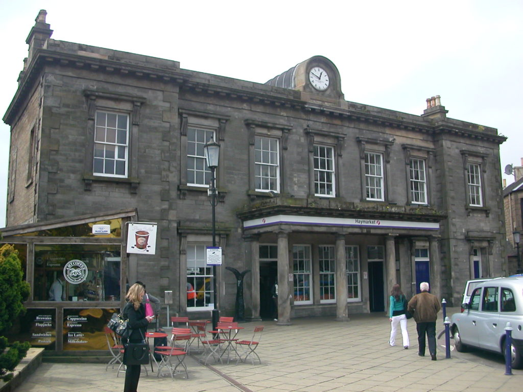 Haymarket_(Edinburgh)_Railway_Station_02
