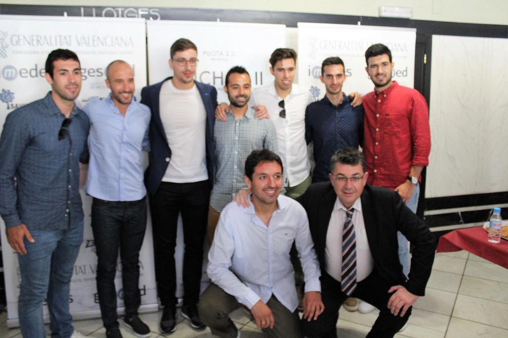 Els pilotaris que han estat amb Puchol II, junt amb els seus preparadors i Enric Morera / Fotografia: Javier Cid.