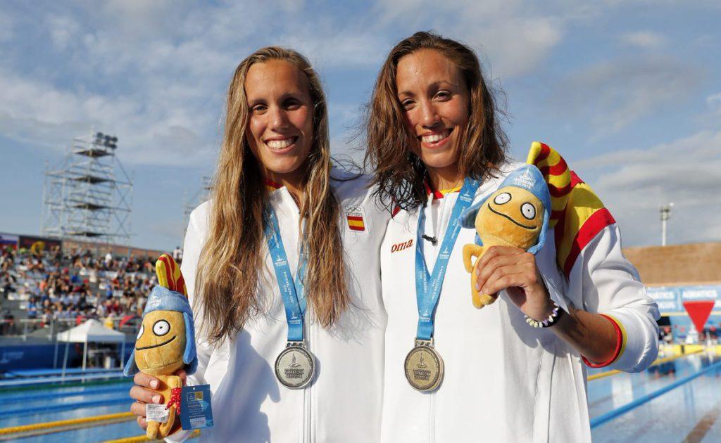Jessica Vall i Marina Garcia després d'oferir una gran final dels 200 braça dels Jocs del Mediterrani a Campclar