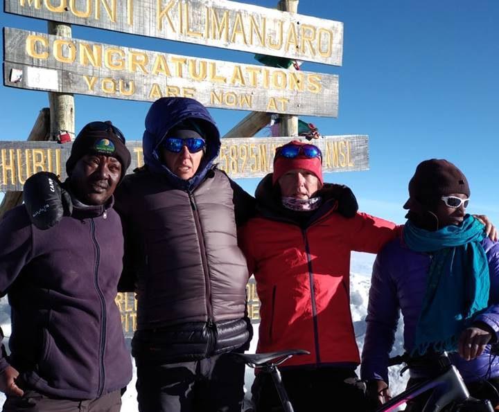 Ruth Moll i Ruth Gómez, amb els guies locals al cim del Kilimanjaro