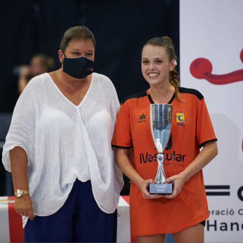 Irene Moles (10) De La Fundació Handbol Sant Vicenç Rep El Trofeu De Subcampiona De La Supercopa. Foto De Miguel López Mallach